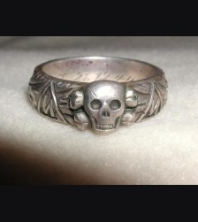 The SS Honor Ring/ Der Totenkopf # 671